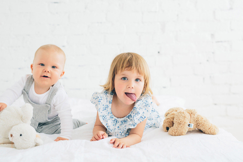 studiofotografering göteborg syskon tittar in i kameran