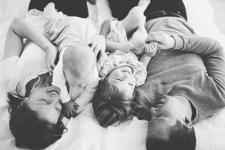 studiofotografering göteborg familj som myser