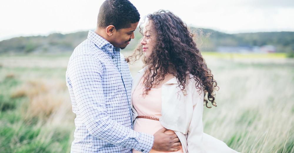 gravidfotografering göteborg kungsbacka åsa vallda onsala mölnlycke partille alingsås gravid äng fotografering motljus svartvitt vecka 25